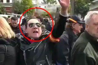 Las redes bautizan a este manifestante, que apoyaba a Franco, como 'Loquillo' y a sus acompañantes 'Los trogloditas'