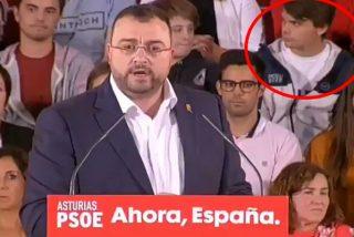 Las redes se parten la caja con lo que ocurrió en este mitin del PSOE en Oviedo: atención al chico de atrás