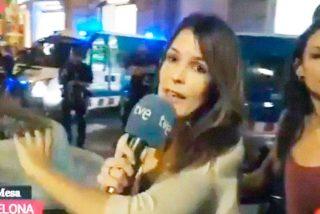 La reportera de Telecinco agredida por los independentistas protege con su cuerpo a su compañera de RTVE para que pueda informar en directo