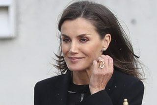 Los contrastes de la reina Letizia: una blusa fea, chillona y barata con pendientes de oro blanco y diamantes