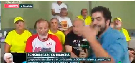 Monumental batacazo de un cámara de 'Liarla Pardo' en una conexión en directo, por un movimiento extraño del reportero