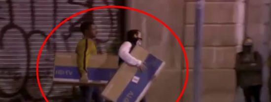 Los 'indpes' de los CDR saquean varias tiendas y se llevan televisiones de plasma en Barcelona