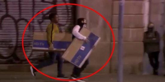 Los 'indepes' de los CDR saquean varias tiendas y se llevan televisiones de plasma en Barcelona
