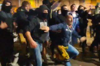 Los violentos CDR independentistas cargan en masa contra 7 mossos aislados y machacan a patadas a la mujer policía