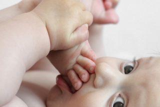 Madre salva a su bebé al detectar en una foto que tiene cáncer en un ojo