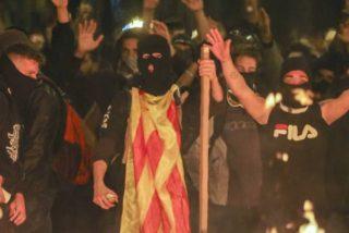Pedro Sánchez y su equipo reeditan la batalla del desfiladero de las Termópilas, en la Via Layetana de Barcelona