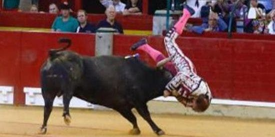 Mariano de la Viña sufre esta terrible cornada en la Feria del Pilar