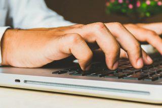 Mira cómo este bloguero compró por 100 dólares un portátil de Apple destrozado y lo dejó como nuevo con un gasto mínimo