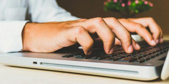 Este bloguero compra por 100 dólares un portátil de Apple destrozado y lo deja como nuevo sin gastar un centavo