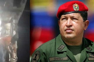 Momento en el que derriban la estatua de Hugo Chávez durante las protestas opositoras en Bolivia