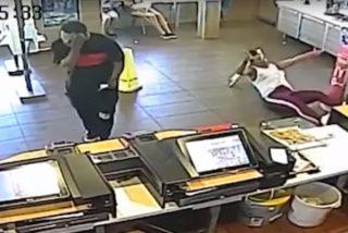 Momento en el que este gerente de McDonald's le parte la cara a una clienta arrojándole una licuadora durante una discusión
