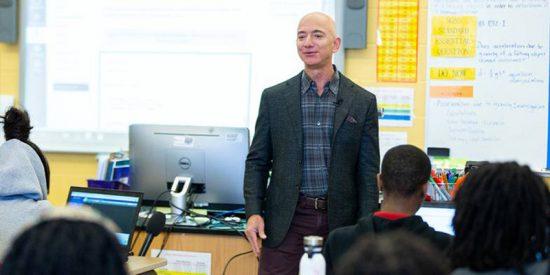 Momento en que un estudiante poco avispado de una escuela financiada por Amazon pregunta a Jeff Bezos quién es