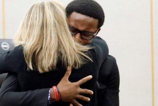"""Momento en que un hombre perdona y abraza a la ex policía que mató a su hermano; """"Quiero lo mejor para ti"""""""
