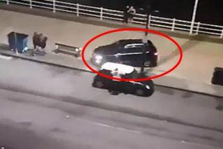 Momento justo en que un conductor invade una zona peatonal en el Reino Unido y acelera