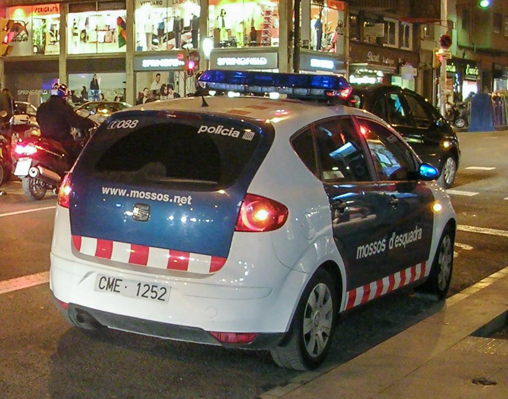 Pega una puñalada en plena calle y un error de los Mossos permite que se fuge en un coche patrulla