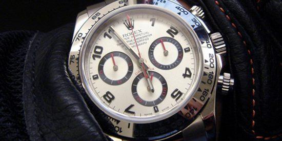 Mujer compra un sofá usado por 25 dólares y descubre dentro un reloj de 250.000