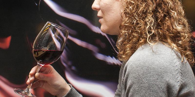 Mujer siente un extraño sabor en su copa de vino y resulta ser el síntoma de una afección mortal