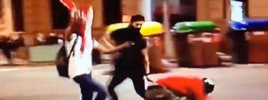 Peleas en Barcelona: manifestantes españolistas sacuden una tremenda paliza a un CDR con casco
