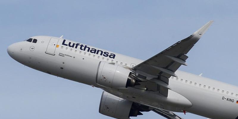 Pasajero de Lufthansa ve desde la ventana del avión su maleta abandonada en la pista pero la compañía le asegura que está a bordo