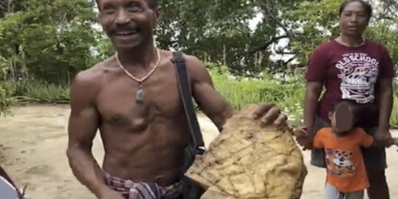 Pescador encuentra en la playa esta rara sustancia endurecida y la conserva sin sospechar su valor