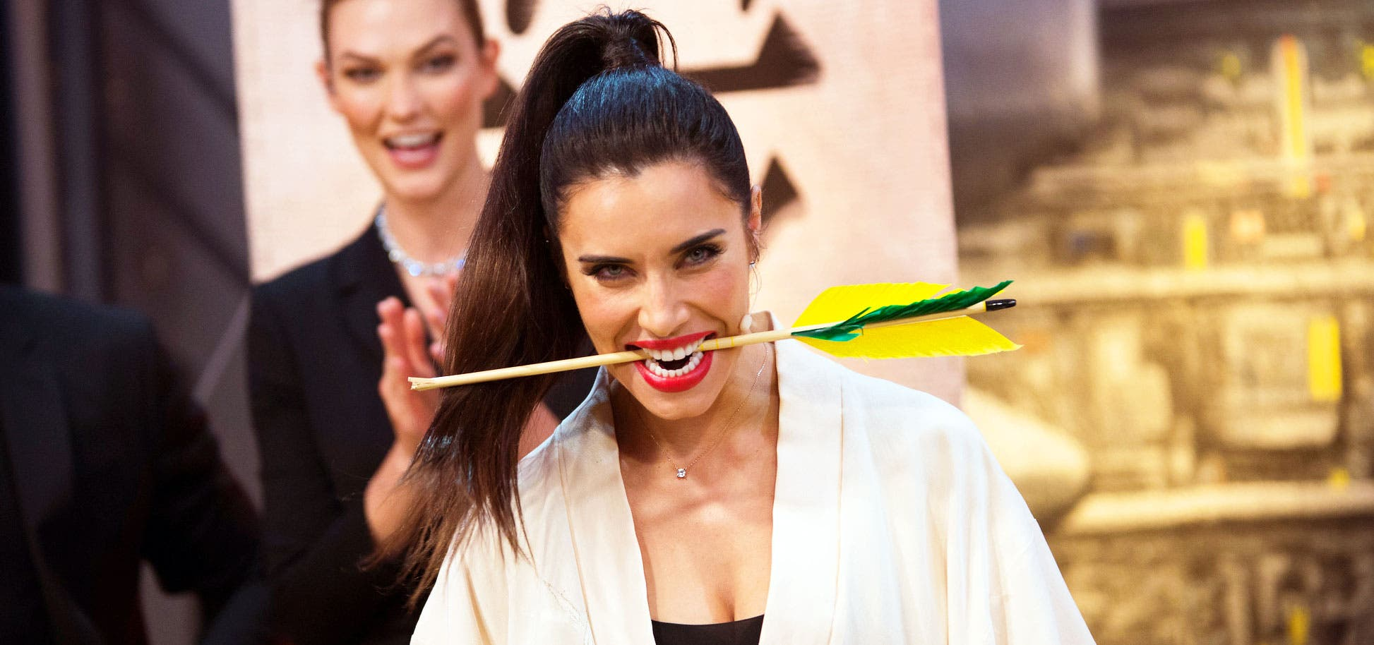 Pilar Rubio consigue lo imposible: Parte en dos, con una katana, una flecha que iba a 180 km/h