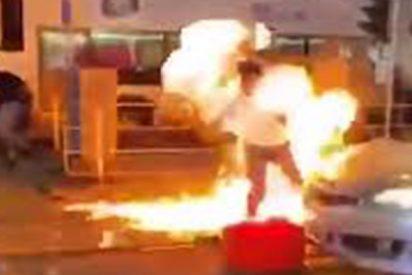 Hong Kong: los manifestantes dan una paliza a un policía infiltrado y le prenden fuego con un cóctel 'Molotov'