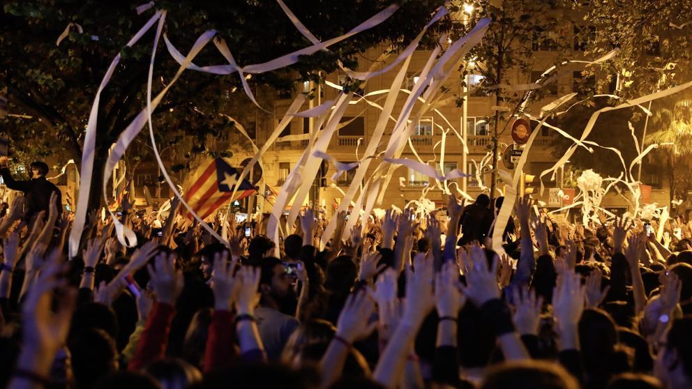 Los 'ecolojetas' de las CUP alientan a sus cachorros de los CDR a llenar Barcelona de contaminantes rollos de papel higiénico