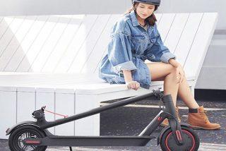 ¿Sabías que la DGT quiere prohibir el aparcamiento en las aceras a los patinetes y a las bicicletas?
