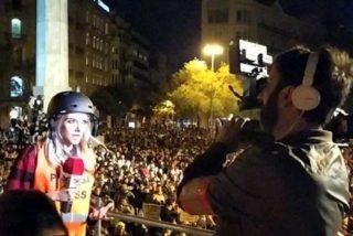 Cataluña: Los reporteros de las teles son tan 'progres', que les mean encima y dicen que está lloviendo