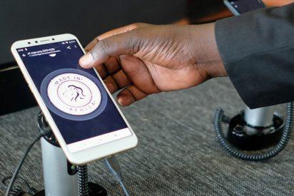 Ruanda toma la delantera tecnológica presentando los primeros móviles 'made in Africa'