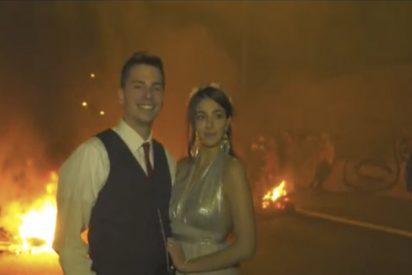 Surrealista: Unos CDR vitorean a una pareja de recién casados en mitad de una barricada en la C-17 en Vic