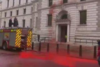 Tiñen de rojo-sangre la fachada del Tesoro británico para protestar contra la crisis climática y pasa esto…