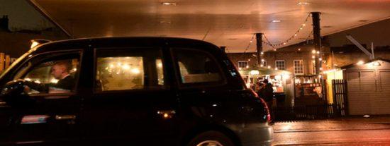 Taxista de Uber lleva a un pasajero dormido al otro lado del país y le cobra 1.800 dólares por el servicio