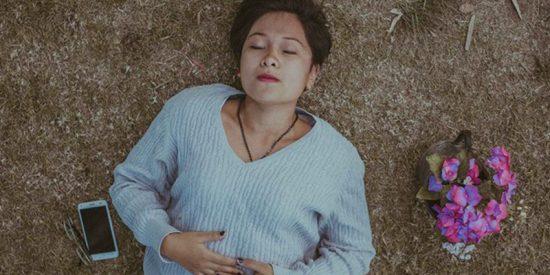 Un joven muere tras dormirse mientras jugaba con su móvil enchufado