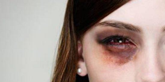Momento en que la Policía atrapa al facineroso que pega un puñetazo en un ojo a una señora por sacar la bandera española cerca de un mitin de Pedro Sánchez