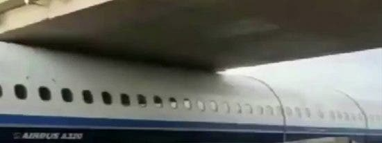 Un transportista libera este avión atrapado bajo un puente