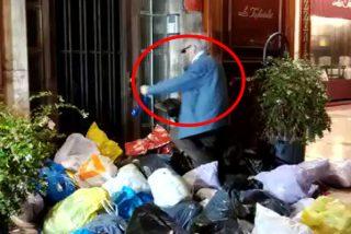 Una 'manada de indepes' no dejan entrar a este pobre anciano en su casa al que le arrojan infinidad de bolsas de basura
