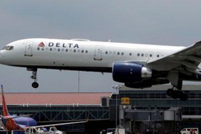 Una mujer logra entrar en un avión sin identificación ni billete de embarque