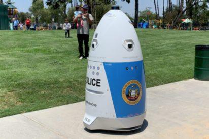 """Una mujer pide auxilio a este robot policía y le responde que """"se aparte del camino"""""""