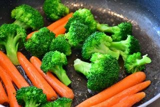 ¿Sabes qué verduras son más sanas si se comen crudas y cuáles es mejor cocinar?