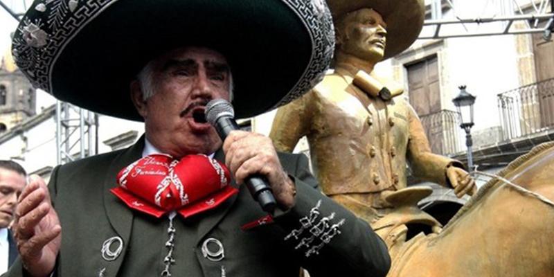 Vicente Fernández, padre de Alejandro Fernández, presenta una estatua en su honor y las redes no perdonan el escaso parecido