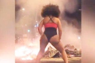 Una conocida bailarina se mueve a ritmo de twerking frente a los incendios de los manifestantes en Barcelona