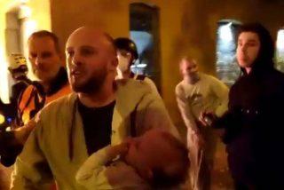 """El padre que salió con su bebé en brazos a recriminar a los CDR ahora carga contra la prensa: """"Los periodistas son unos hijos de p..."""""""