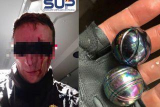 ¡Espeluznante! Los golpistas tratan de reventar a la Policía con piedras y bolas de acero lanzadas con CO2