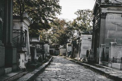 Un hombre se despierta súbitamente cuando lo bajaban ya a su tumba en un cementerio de la India