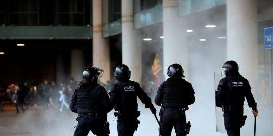 Los Mossos se llevan en volandas a los 'indepes' con su furgoneta, pero son incapaces de defender a una chica con la bandera española