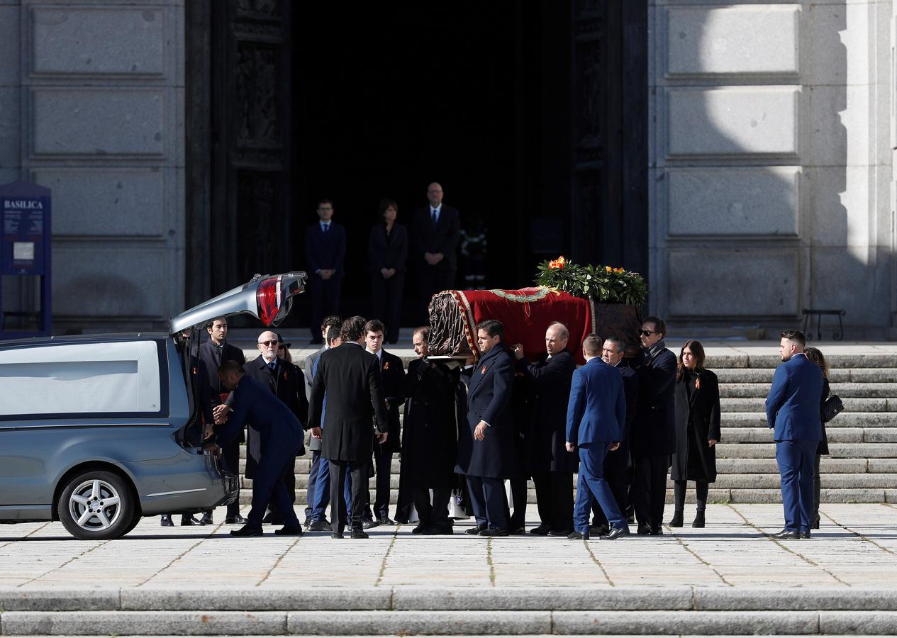 Los familiares de Franco se turnan para sacar el féretro de la basílica del Valle de los Caídos