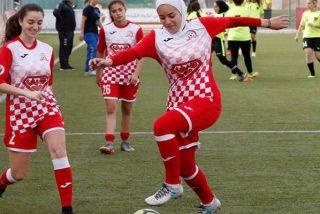 Estas futbolistas forman un corro alrededor de una rival para que se coloque bien el hiyab sin ser vista