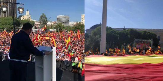 Más de 20.0000 personas en la Plaza de Colón convocadas por VOX en defensa de la unidad de España despliegan una bandera de España gigante