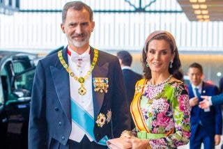 Vestido con significado, joyas y tocado andaluz: doña Letizia da una lección de estilo en Japón